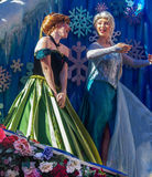 Gefrorene Prinzessinnen, Elsa und Anna, in Walt Disney World Parade stockbild