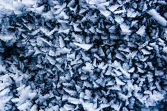 Gefrorene scharfe kleine Eiskristalle schließen oben, abstrakter blauer Winter lizenzfreie stockfotografie