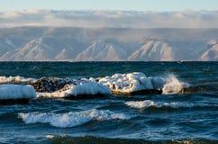 Gefrorene Seeansicht Wellen, die eisige Küstenlinie schlagen stockfoto
