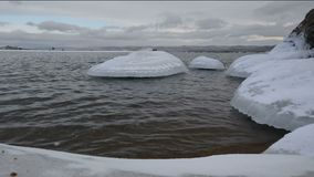 Gefrorene Steine neben einem Ufer vom Baikalsee stock footage