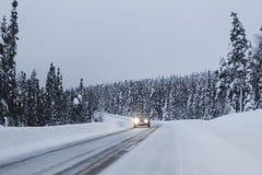 Gefrorene Straße in Finnland Lizenzfreie Stockfotografie
