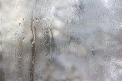 Gefrorene Tropfen auf Mattglas. Strukturierter Hintergrund des Winters. Stockfoto