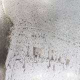 Gefrorene Tropfen auf Mattglas. Strukturierter Hintergrund des Winters. Lizenzfreie Stockfotos