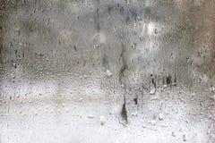 Gefrorene Tropfen auf Mattglas. Strukturierter Hintergrund des Winters. Stockbild