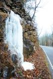Gefrorene Wasserfälle auf der Seite einer Klippe Stockfoto