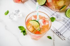 Gefrorene Wassermelone und lindgrüner Tee stockfotos