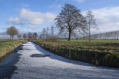 Gefrorener Abzugsgraben nahe Wijngaarden Stockbild
