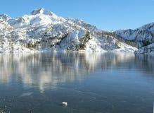 Gefrorener alpiner See stockfoto