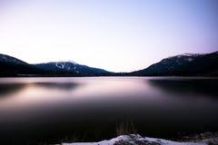 Gefrorener arktischer See im Britisch-Columbia Stockbilder