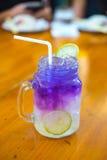 Gefrorener blauer Tee der Schmetterlingserbsen-Blume mit Zitrone Lizenzfreies Stockfoto