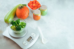 Gefrorener Brokkoli für Baby locken zuerst auf Küchenskala an stockfoto