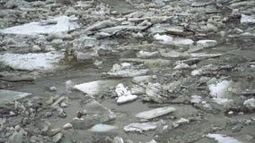 Gefrorener Eisfluß schmilzt im Frühjahr mit dem Eisflockenfließen Gebrochenes Eis, das im Frühjahr auf die Zeit des Flusses schwi stock video footage
