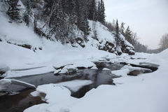 Gefrorener Fluss in den Altai-Bergen Stockfoto