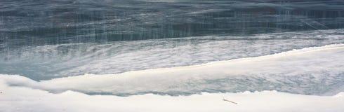 Gefrorener Fluss im Winter Lizenzfreies Stockfoto
