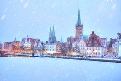 Gefrorener Fluss und Damm Trave zur Winterzeit Lübeck lizenzfreie stockfotos