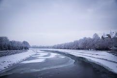 Gefrorener Fluss, Winter in Uzhhorod, Ukraine Stockbild
