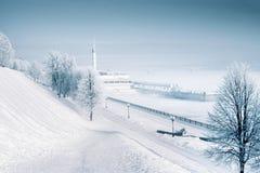 Gefrorener Flusshafen in Russland mit sauberer Atmosphäre Tag nach morgen Lizenzfreies Stockfoto