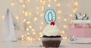 Gefrorener Geburtstagskleiner kuchen mit mit beleuchteter Zahl 0 Kerze stock video footage