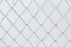Gefrorener Gitterzaun Schnee umfasste Gitter Winterreif stockfoto