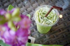 Gefrorener grüner Tee auf Webartmustertabelle Stockbild