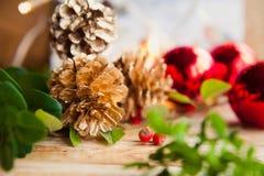 Gefrorener Hintergrund des Weihnachtsrotes Kegels Silber Stockfotos