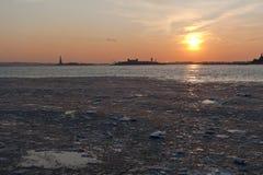 Gefrorener Hudson-Fluss unter NYC Sonnenuntergang Stockfoto