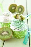 Gefrorener Jogurt mit frischer Kiwi stockfotos