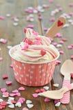 Gefrorener Jogurt mit Zuckerherzen lizenzfreie stockfotos