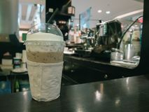 Gefrorener Kaffee auf Tabelle im Café lizenzfreies stockfoto