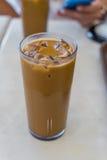 Gefrorener Kaffee auf weißer Tabelle Stockbild