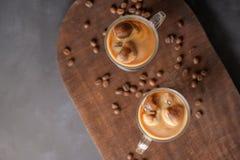 Gefrorener Kaffee in den Glasgefäßen Stockfotografie