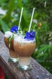 Gefrorener Kaffee/frappe oder Auffrischungssommergetränkkonzept lizenzfreies stockfoto