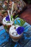 Gefrorener Kaffee/frappe oder Auffrischungssommergetränkkonzept lizenzfreie stockfotografie