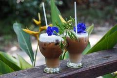 Gefrorener Kaffee/frappe oder Auffrischungssommergetränkkonzept lizenzfreies stockbild