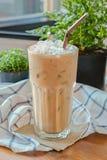 Gefrorener Kaffee mit dunkelbraunem Stroh Lizenzfreie Stockfotos