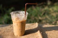 Gefrorener Kaffee unter der Sonne Stockfoto