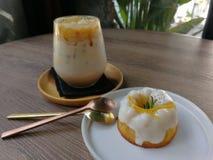 Gefrorener Karamellkaffee und orange Jogurtkuchen stockbild