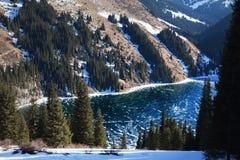 Gefrorener Kolsay See in den Tien- Shanbergen stockbild