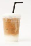 Gefrorener Latte in der Mitnehmerschale Lizenzfreies Stockfoto