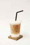 Gefrorener Latte in der Mitnehmerschale Lizenzfreie Stockbilder