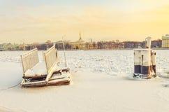Gefrorener Liegeplatzbeitrag und -pier auf dem Neva-Fluss durch den Hochschuldamm Lizenzfreie Stockbilder
