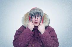 Gefrorener Mann in den Gläsern und im Winter kleidet Erwärmungsohren, Kälte, Schnee, Blizzard Lizenzfreie Stockfotos