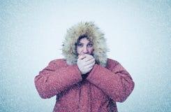 Gefrorener Mann im Winter kleidet Erwärmungshände, Kälte, Schnee, Blizzard Lizenzfreies Stockbild