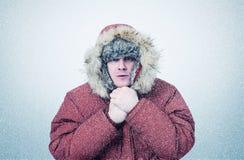 Gefrorener Mann im Winter kleidet Erwärmungshände, Kälte, Schnee, Blizzard Lizenzfreies Stockfoto