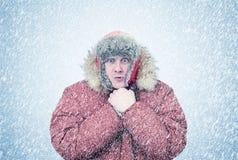 Gefrorener Mann im Winter kleidet Erwärmungshände, Kälte, Schnee, Blizzard Stockfotos