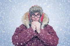 Gefrorener Mann im Winter kleidet Erwärmungshände, Kälte, Schnee, Blizzard Stockfoto