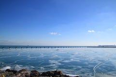 Gefrorener Michigansee mit eisigen Felsen und Ansicht von Chicago-Skylinen Stockfoto