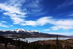 Gefrorener Mountainsee mit blauen Himmeln Stockfotografie