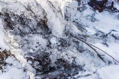 Gefrorener Nebenfluss Stockbilder