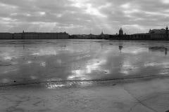 Gefrorener Neva-Fluss in St Petersburg, Russland Stockbilder